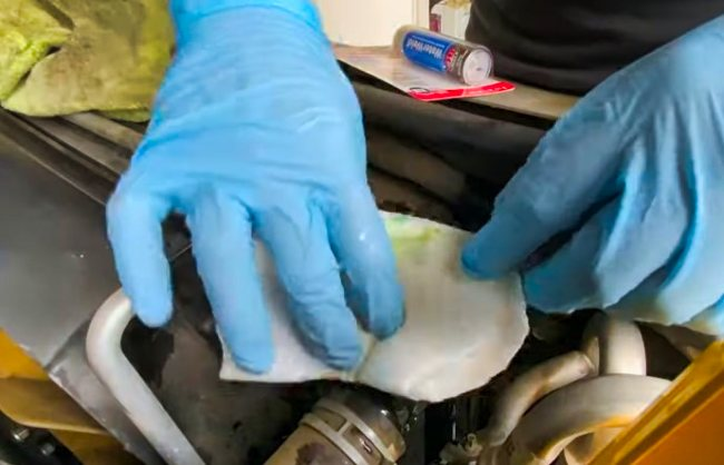 What glue is suitable for repairing a cracked plastic radiator